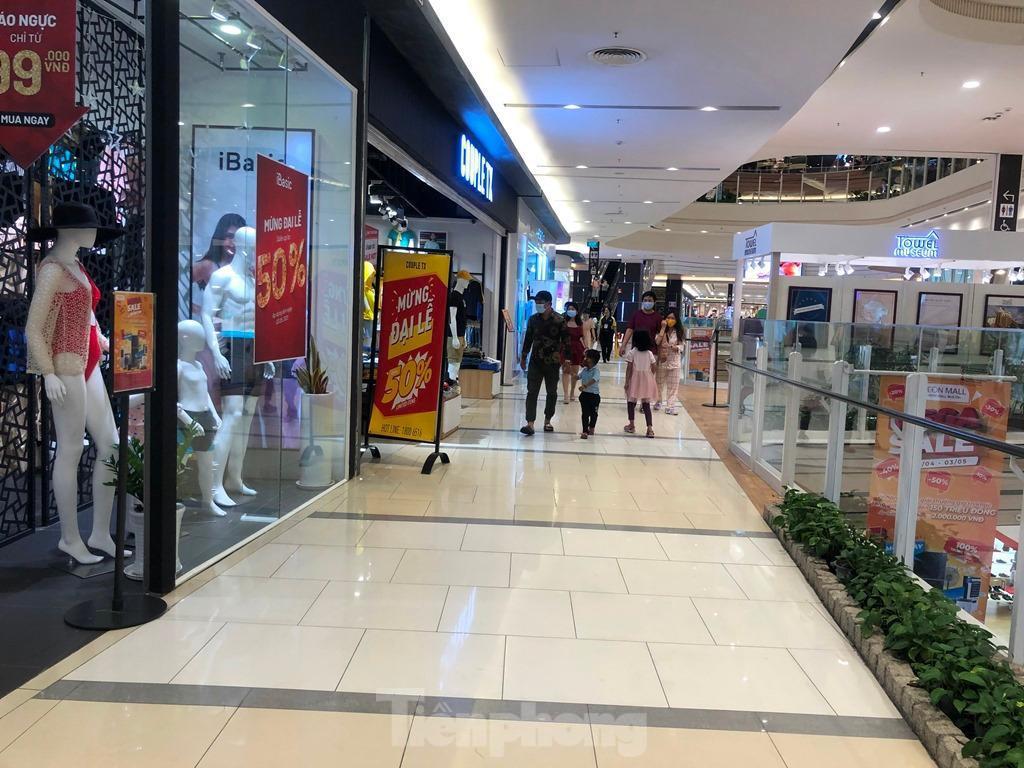 Trung tâm thương mại ở TPHCM 'vắng lặng' những ngày nghỉ lễ Ảnh 3