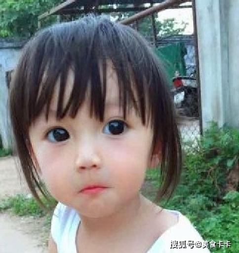 Em bé xinh đẹp bị nghi ngờ là... búp bê, người mẹ liền đăng ảnh gia đình để chứng minh nhan sắc Ảnh 4