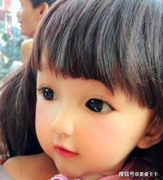 Em bé xinh đẹp bị nghi ngờ là... búp bê, người mẹ liền đăng ảnh gia đình để chứng minh nhan sắc Ảnh 2
