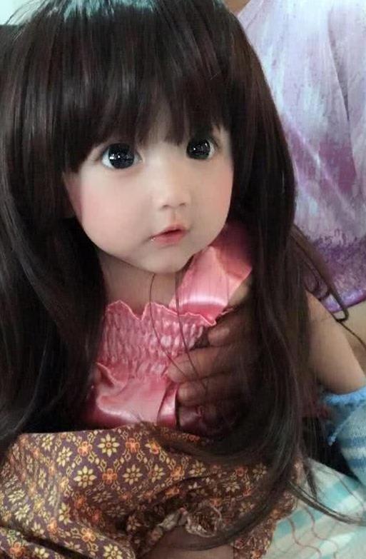 Em bé xinh đẹp bị nghi ngờ là... búp bê, người mẹ liền đăng ảnh gia đình để chứng minh nhan sắc Ảnh 6