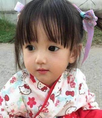 Em bé xinh đẹp bị nghi ngờ là... búp bê, người mẹ liền đăng ảnh gia đình để chứng minh nhan sắc Ảnh 5