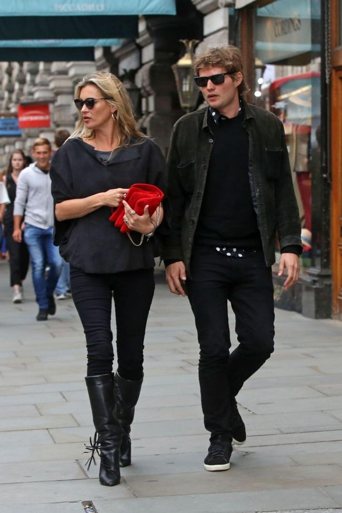 Cựu mẫu lừng danh Kate Moss 'hút mắt' với vẻ ngoài sành điệu ở tuổi 47 Ảnh 8