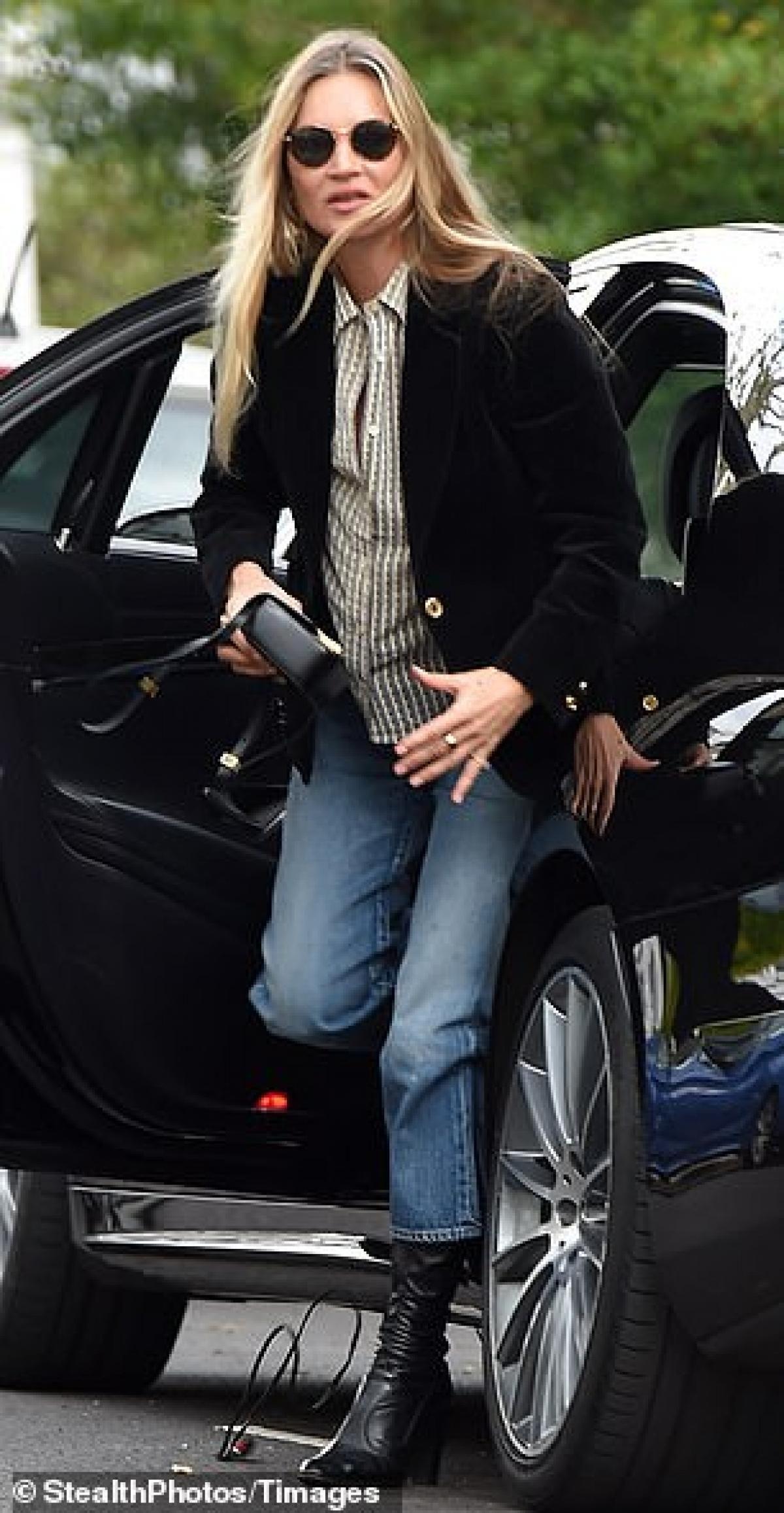 Cựu mẫu lừng danh Kate Moss 'hút mắt' với vẻ ngoài sành điệu ở tuổi 47 Ảnh 5