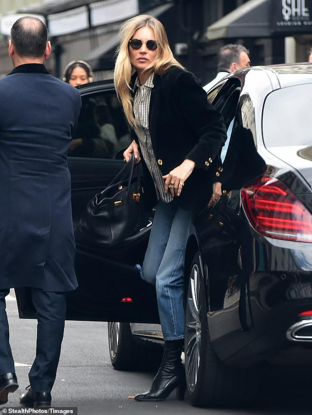 Cựu mẫu lừng danh Kate Moss 'hút mắt' với vẻ ngoài sành điệu ở tuổi 47 Ảnh 4