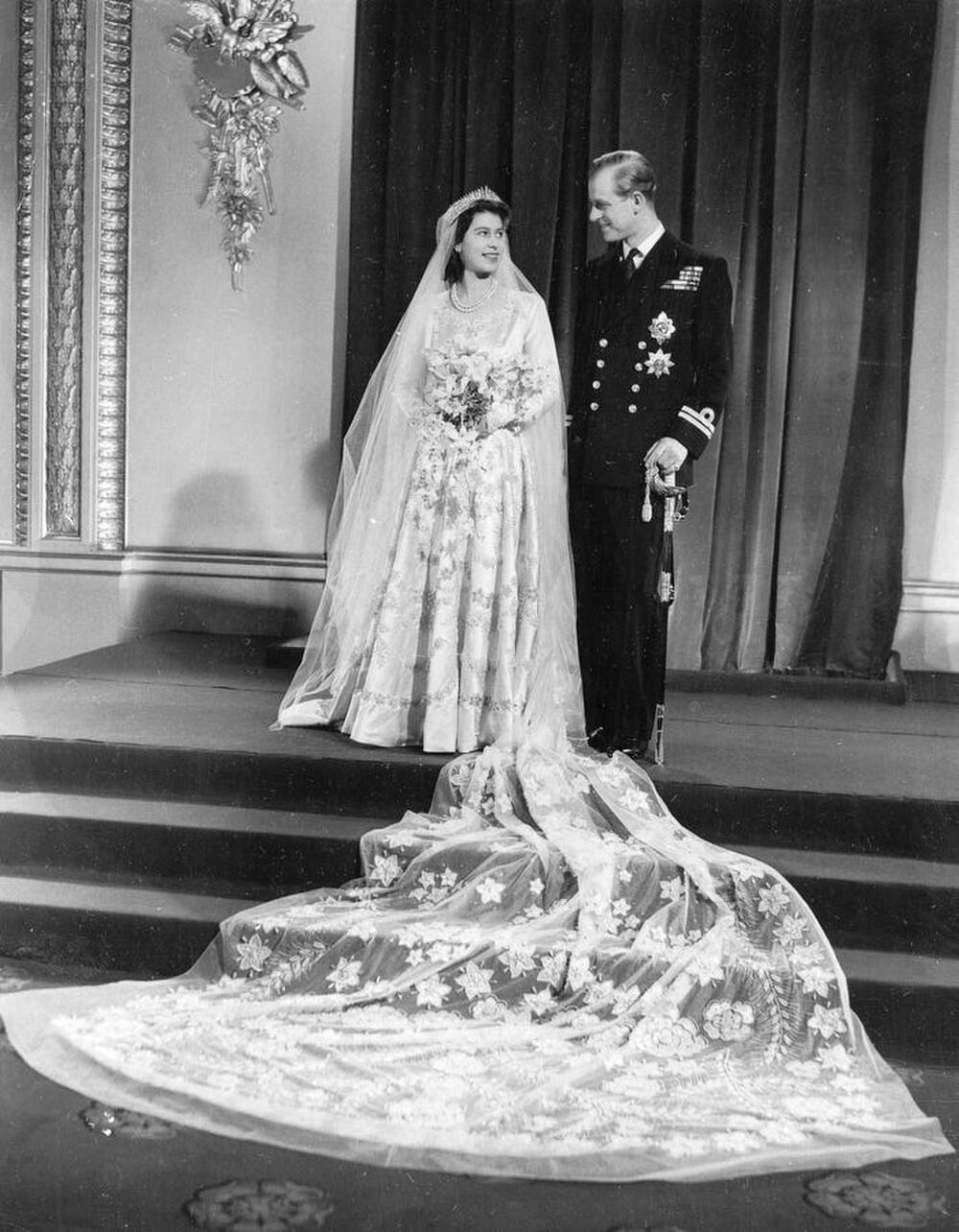 Bí ẩn tủ đồ Hoàng gia: Bóc giá 9 chiếc váy cưới Hoàng gia đắt đỏ nhất Ảnh 9