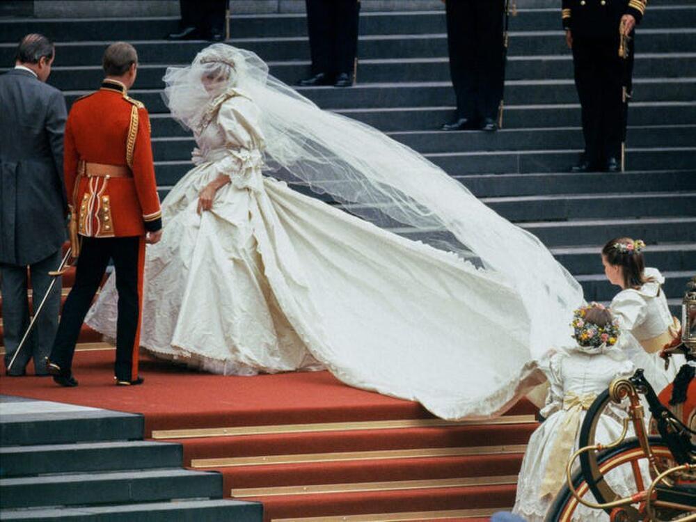 Bí ẩn tủ đồ Hoàng gia: Bóc giá 9 chiếc váy cưới Hoàng gia đắt đỏ nhất Ảnh 7
