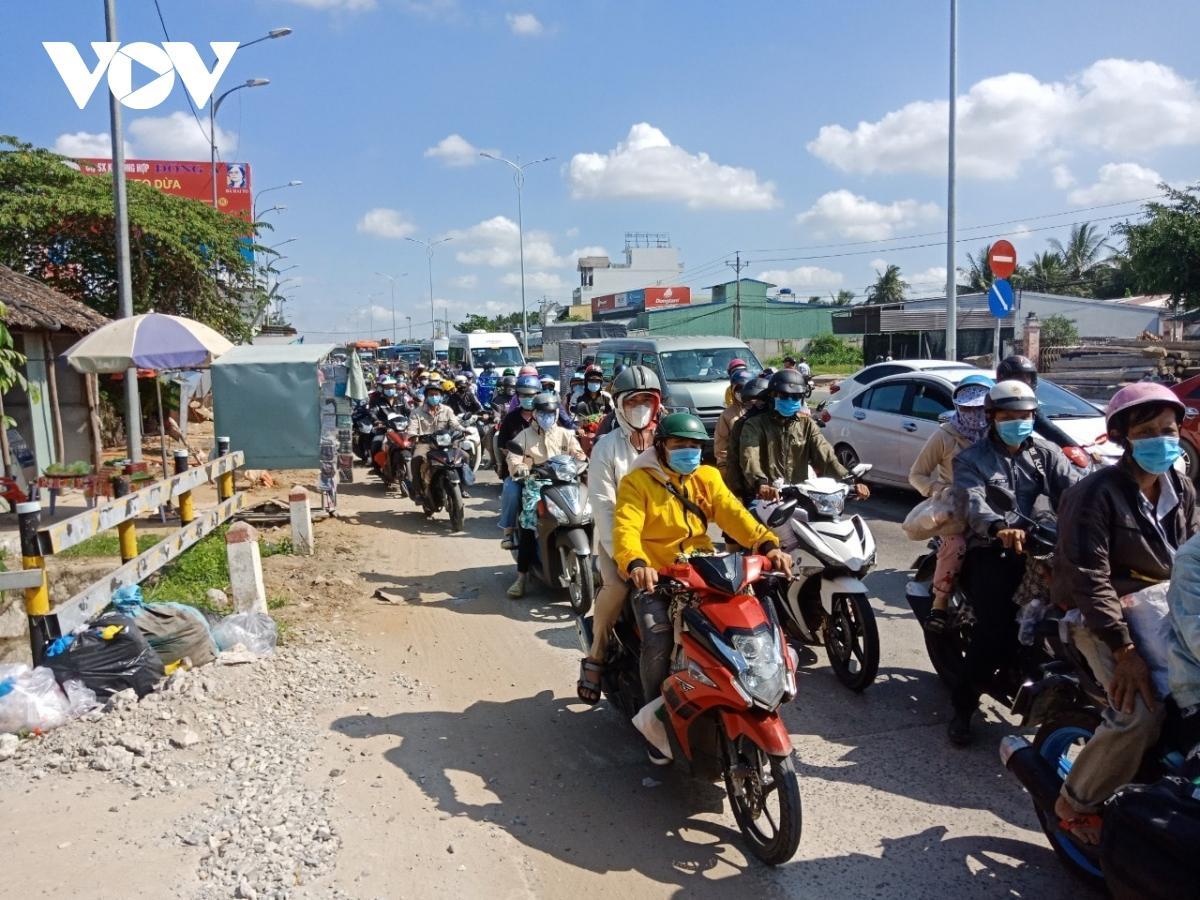 Bến Tre-Tiền Giang: Chiều 2/5 vẫn ùn tắc giao thông nghiêm trọng Ảnh 2