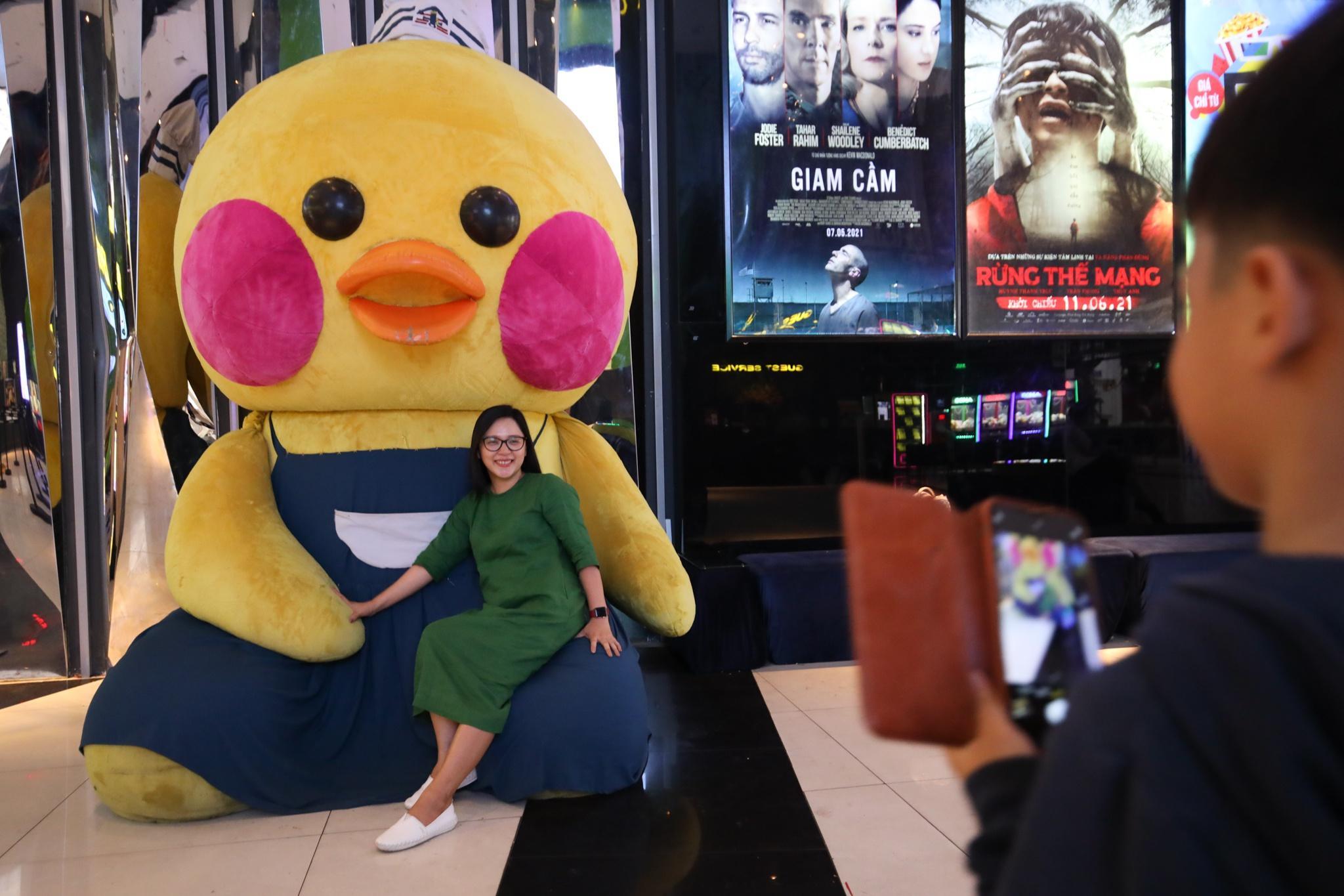 Khách xếp hàng chờ hoàn vé trước giờ rạp phim TP.HCM đóng cửa Ảnh 8