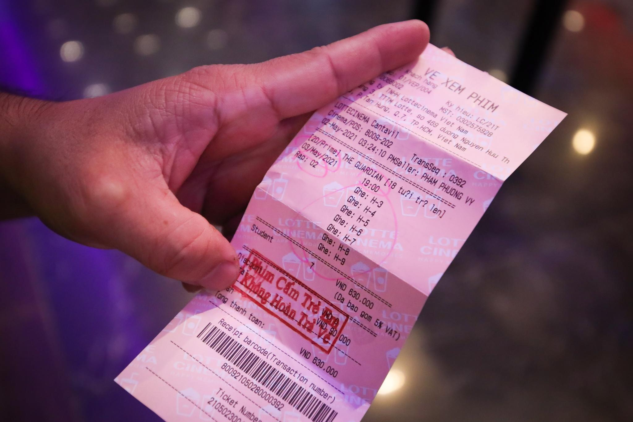 Khách xếp hàng chờ hoàn vé trước giờ rạp phim TP.HCM đóng cửa Ảnh 5