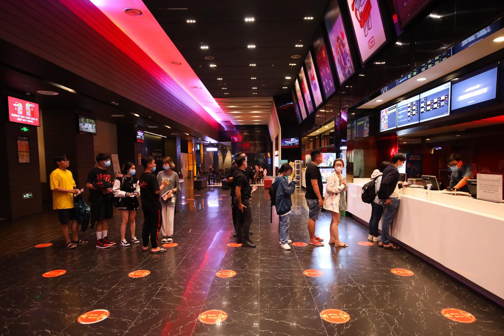 Khách xếp hàng chờ hoàn vé trước giờ rạp phim TP.HCM đóng cửa Ảnh 1