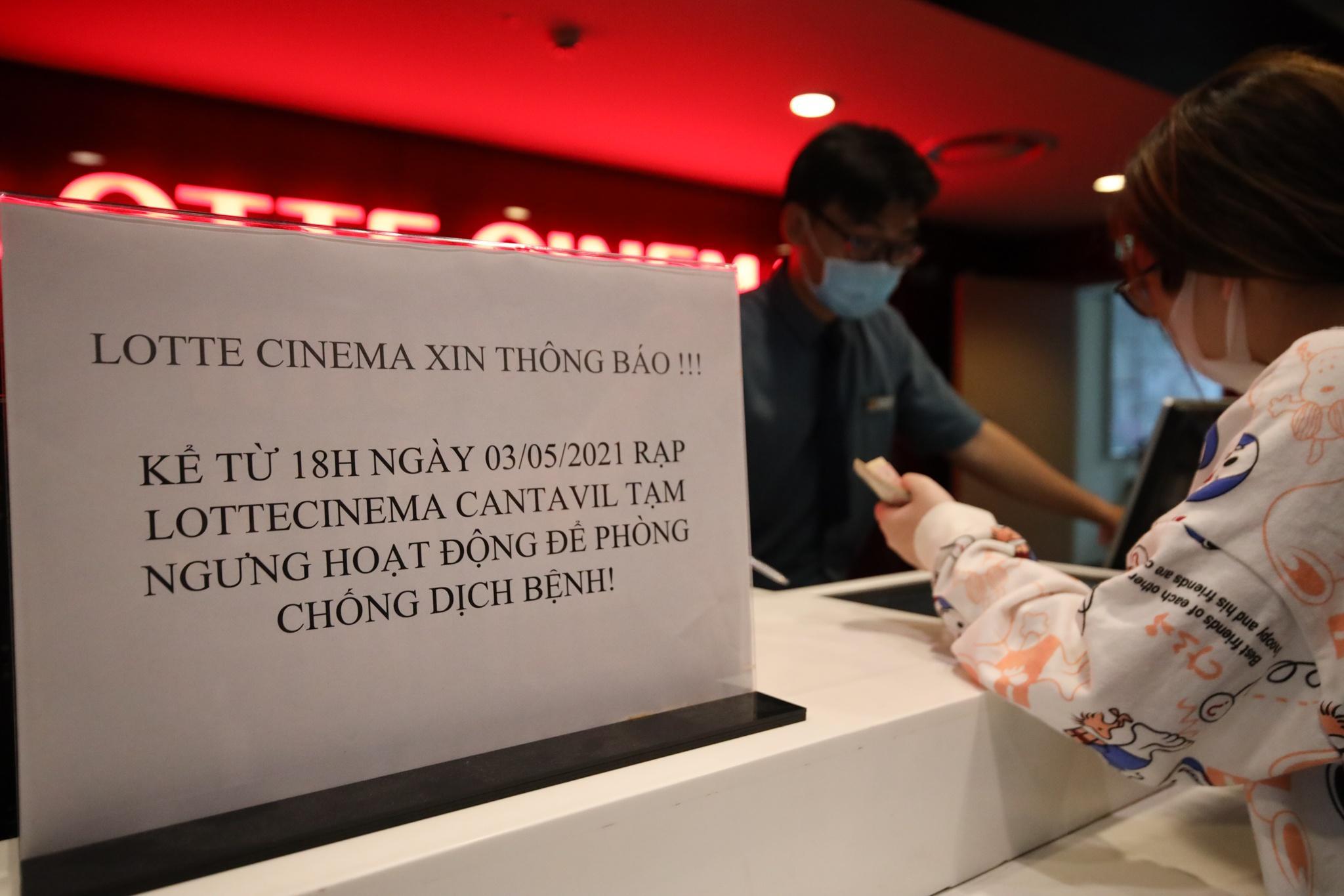 Khách xếp hàng chờ hoàn vé trước giờ rạp phim TP.HCM đóng cửa Ảnh 3