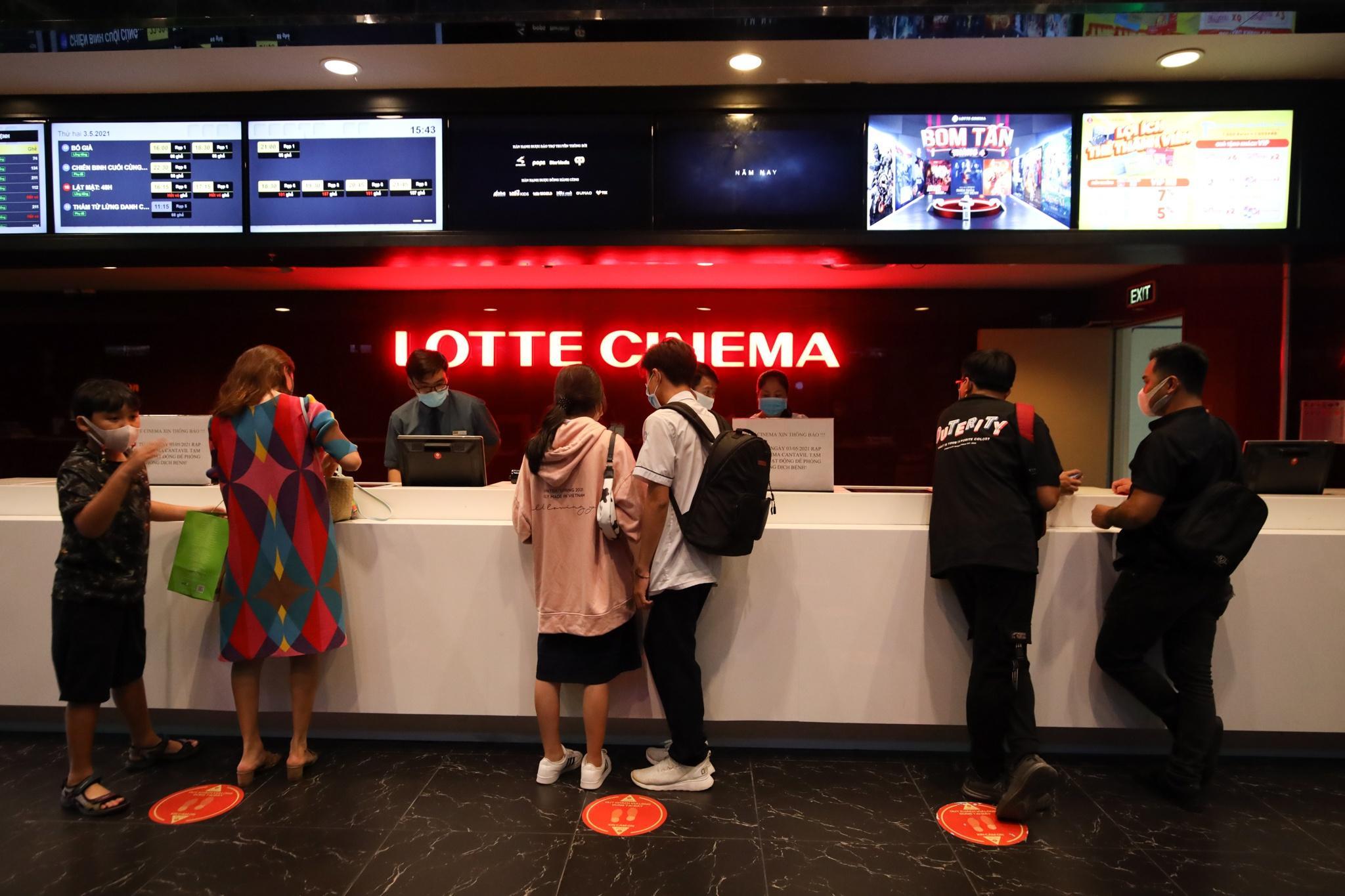 Khách xếp hàng chờ hoàn vé trước giờ rạp phim TP.HCM đóng cửa Ảnh 2