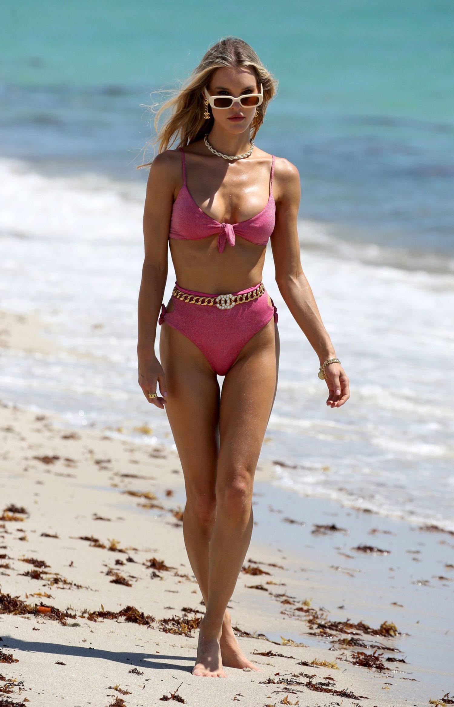 Chân dài 9x Joy Corrigan cực nóng bỏng ở biển với áo tắm xẻ sâu hút mắt Ảnh 12