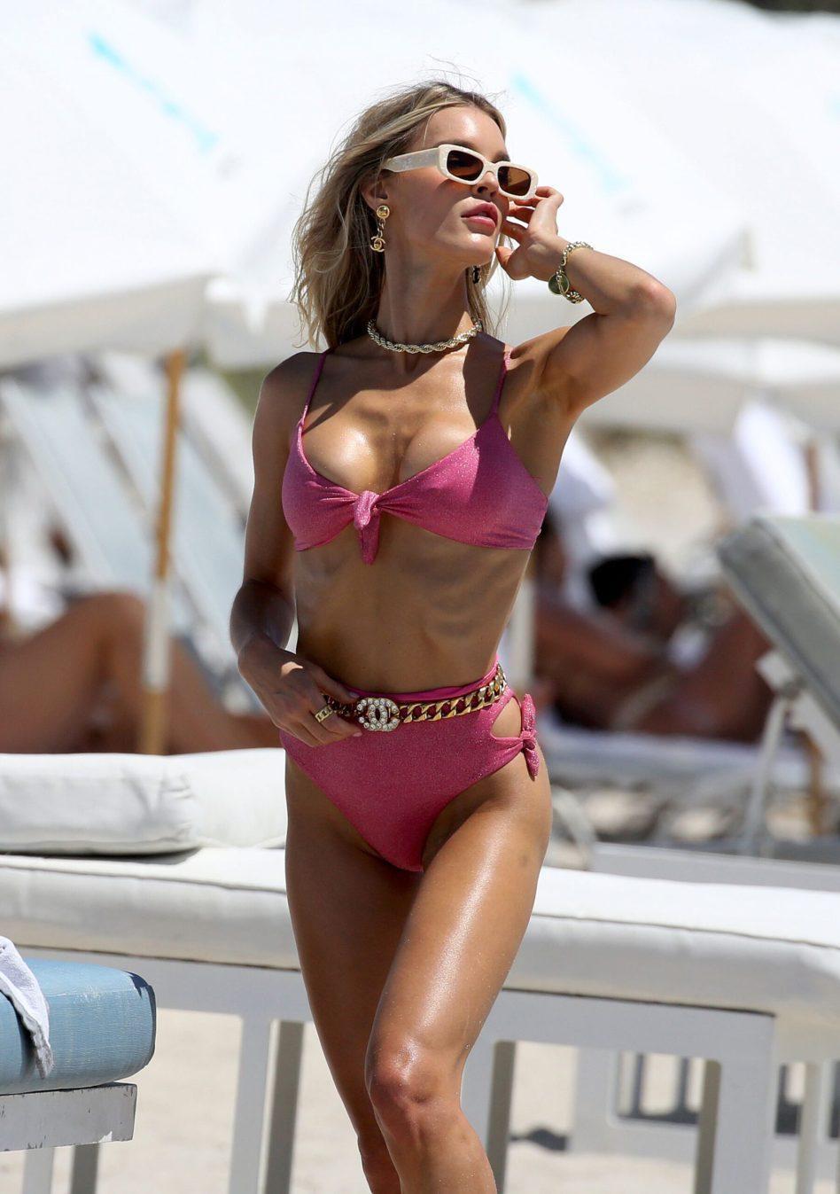 Chân dài 9x Joy Corrigan cực nóng bỏng ở biển với áo tắm xẻ sâu hút mắt Ảnh 7