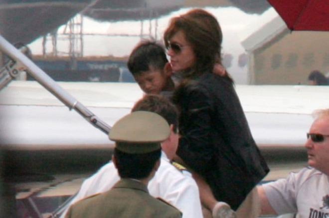 Con trai gốc Việt của Angelina Jolie cao ngang mẹ, chơi nổi với trang phục sặc sỡ Ảnh 6