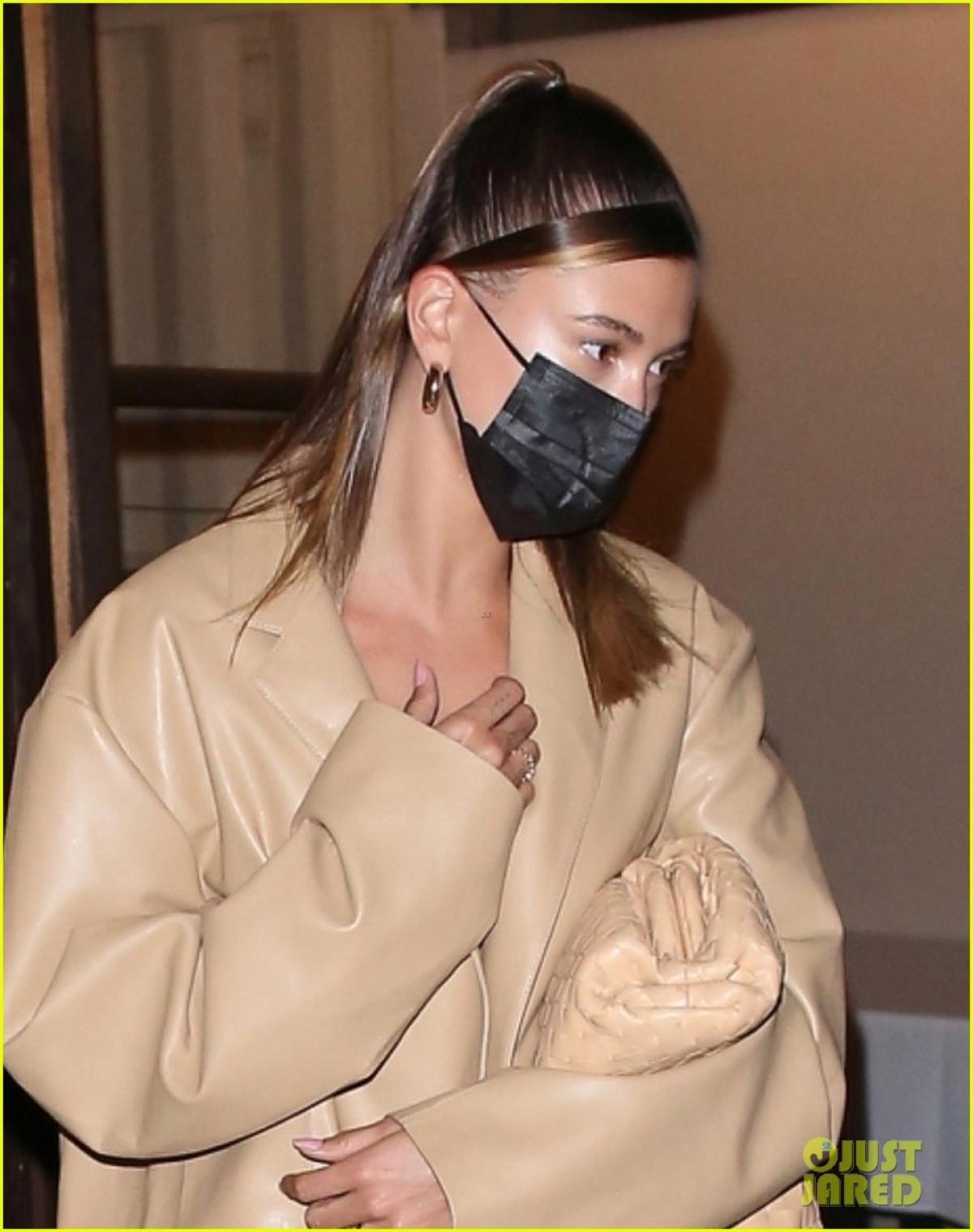 Justin Bieber khác lạ với tóc mới, cùng bà xã Hailey Baldwin đi ăn tối Ảnh 6