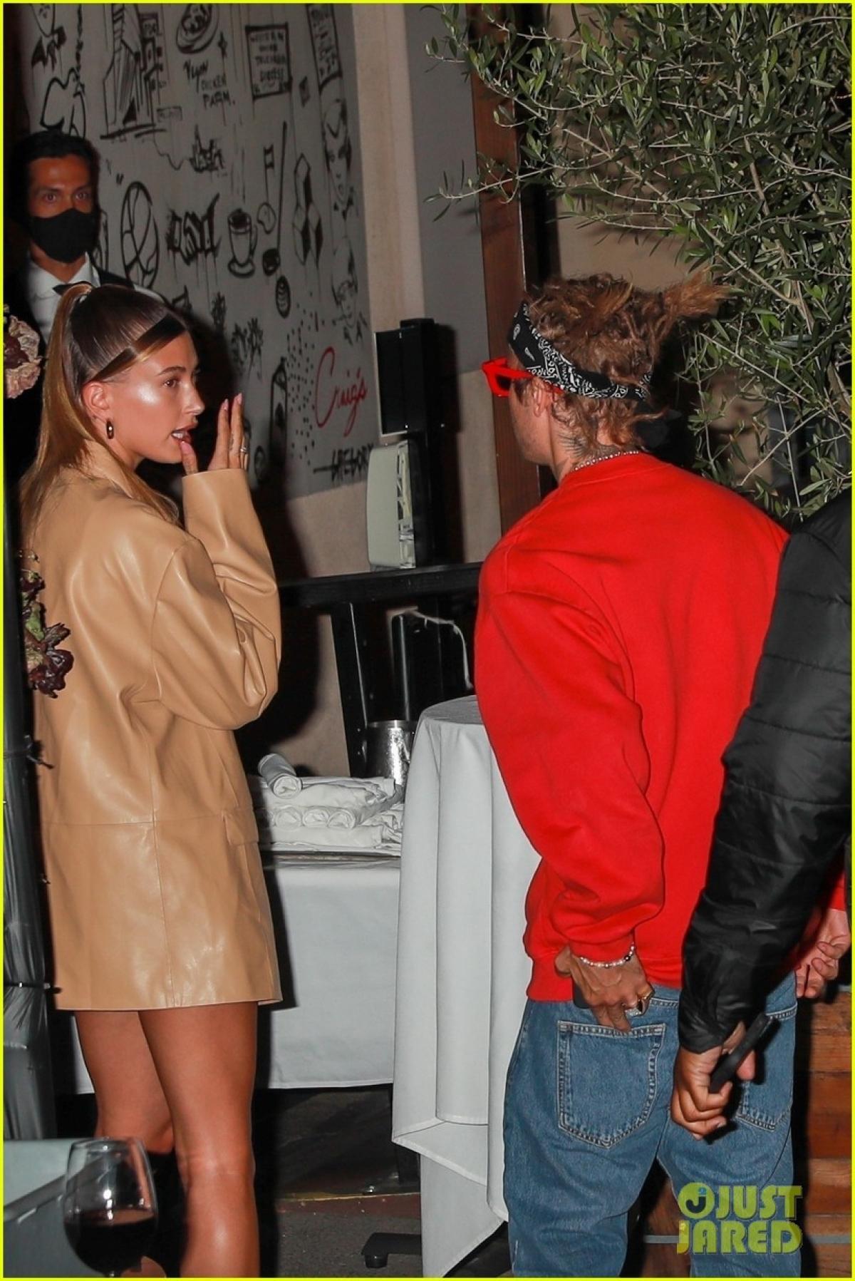 Justin Bieber khác lạ với tóc mới, cùng bà xã Hailey Baldwin đi ăn tối Ảnh 1