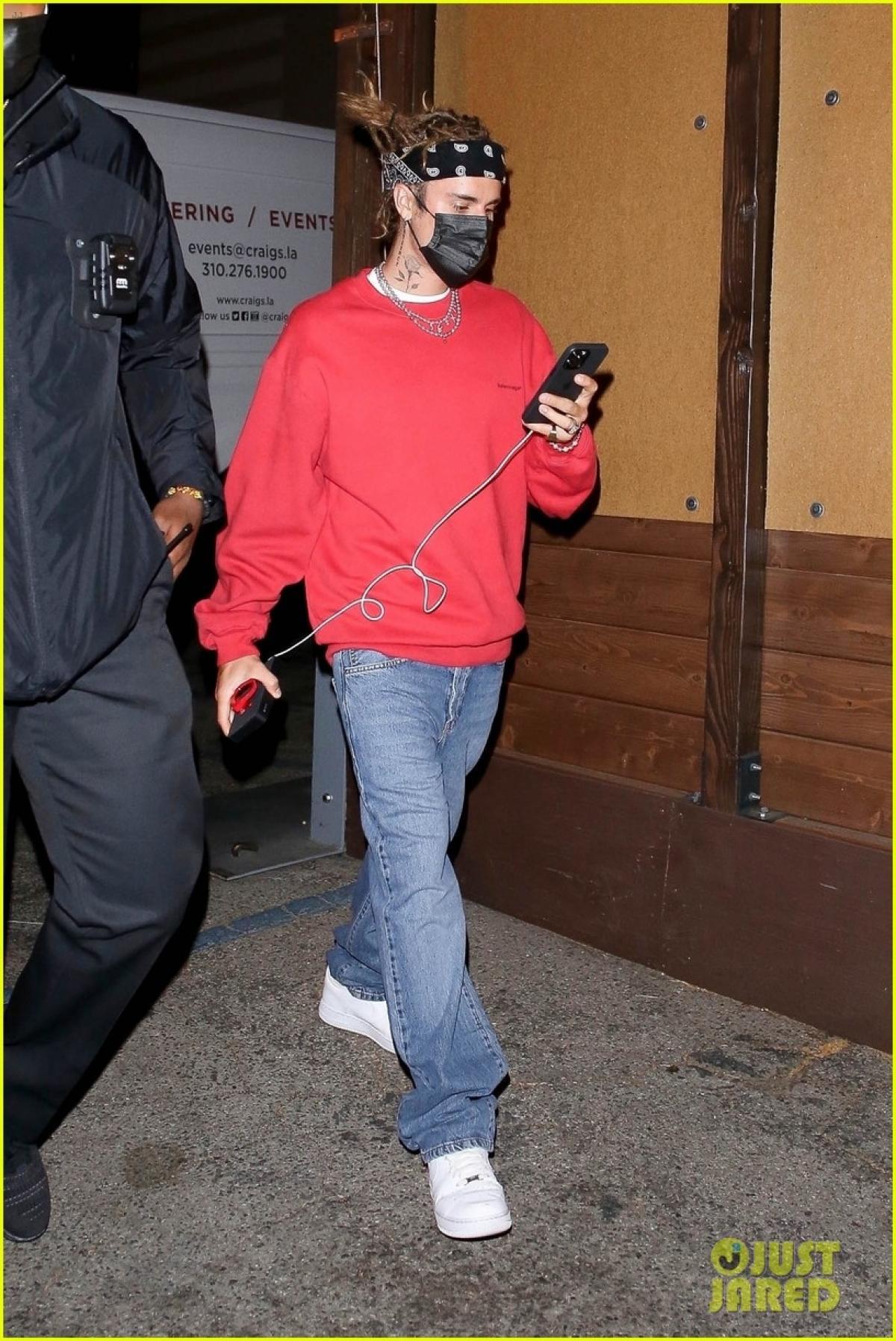 Justin Bieber khác lạ với tóc mới, cùng bà xã Hailey Baldwin đi ăn tối Ảnh 7
