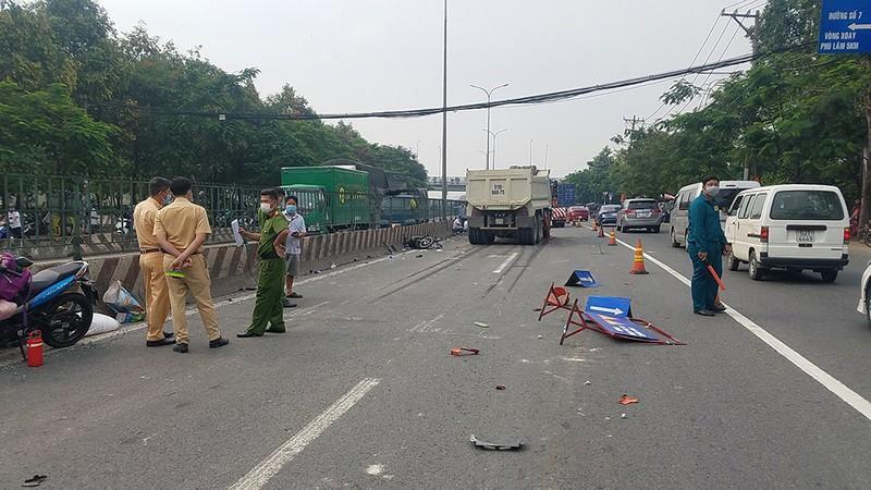 Xe ben lao vào các công nhân trải nhựa đường ở quận Bình Tân Ảnh 2