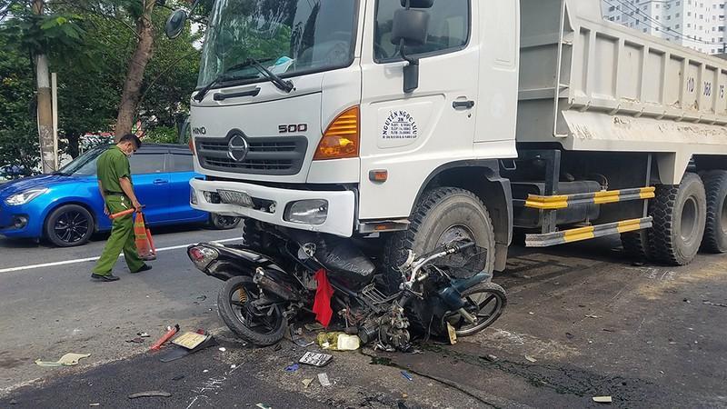 Xe ben lao vào các công nhân trải nhựa đường ở quận Bình Tân Ảnh 3