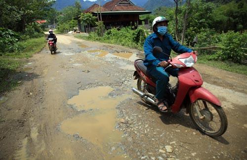 Nghệ An: Người dân Quế Phong đánh vật trên quốc lộ xuống cấp nghiêm trọng Ảnh 4