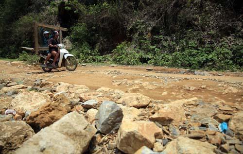 Nghệ An: Người dân Quế Phong đánh vật trên quốc lộ xuống cấp nghiêm trọng Ảnh 6