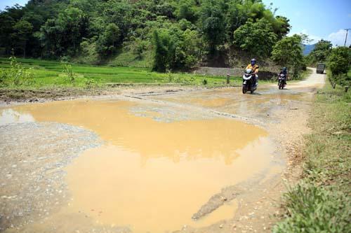 Nghệ An: Người dân Quế Phong đánh vật trên quốc lộ xuống cấp nghiêm trọng Ảnh 3