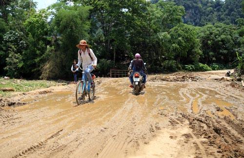 Nghệ An: Người dân Quế Phong đánh vật trên quốc lộ xuống cấp nghiêm trọng Ảnh 8