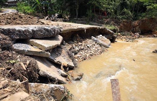 Nghệ An: Người dân Quế Phong đánh vật trên quốc lộ xuống cấp nghiêm trọng Ảnh 10