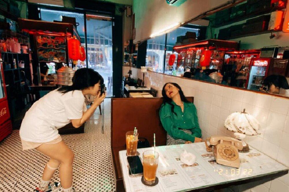 Khánh Vân trổ tài chụp ảnh film trong hậu trường The Heroes Ảnh 5