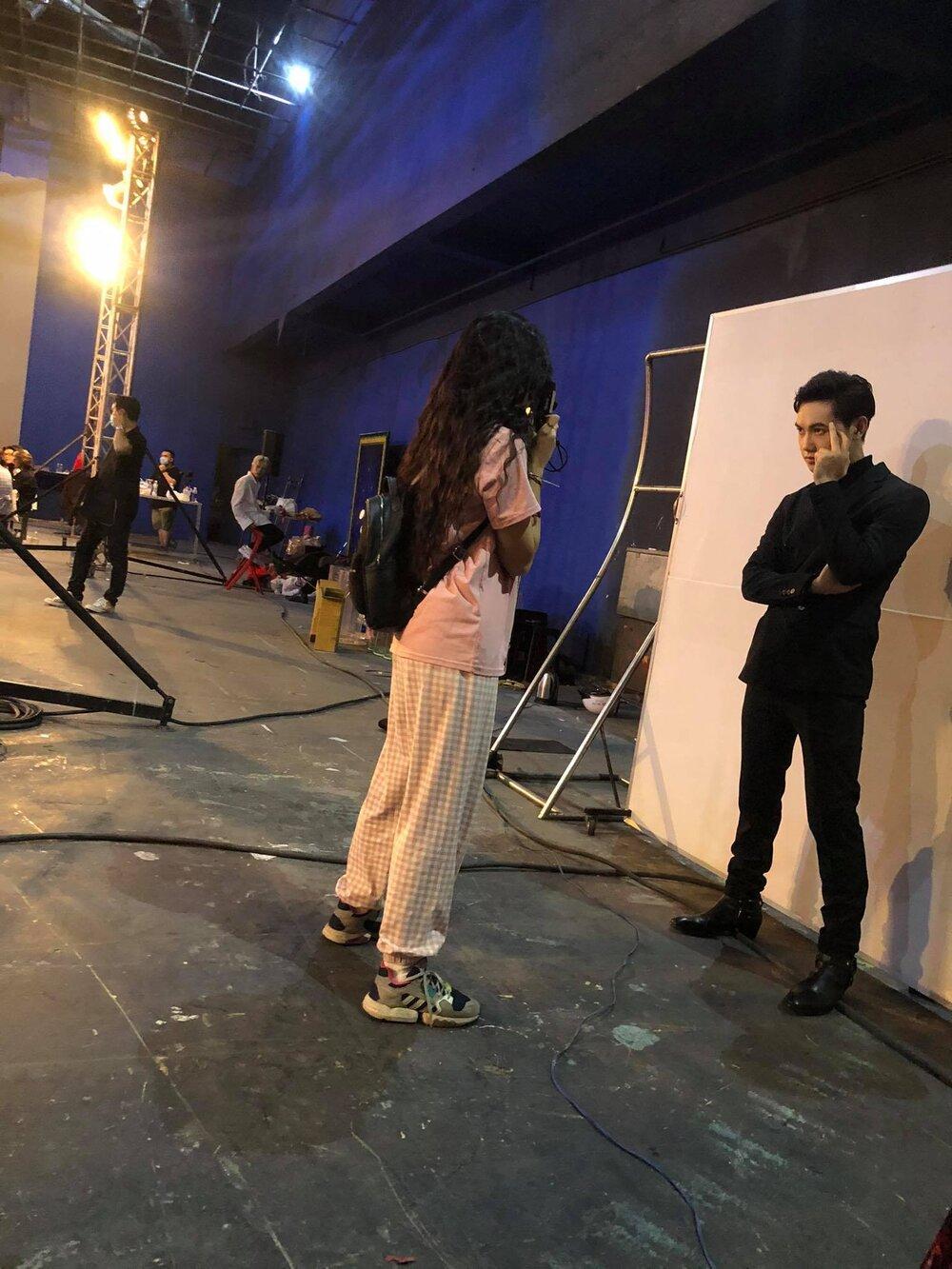Khánh Vân trổ tài chụp ảnh film trong hậu trường The Heroes Ảnh 3