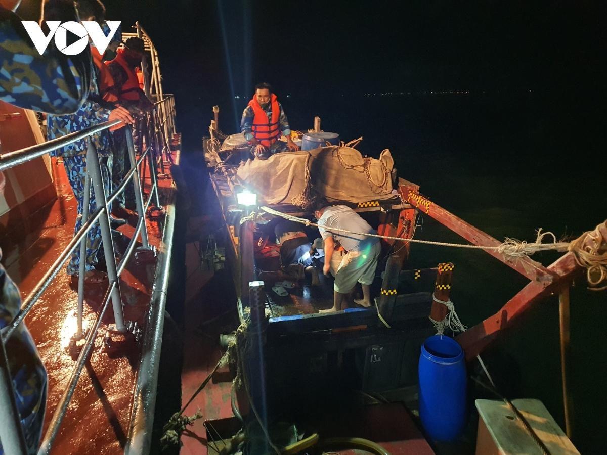 Vùng 5 Hải quân kịp thời điều tàu cấp cứu ngư dân nguy kịch trên biển Ảnh 1