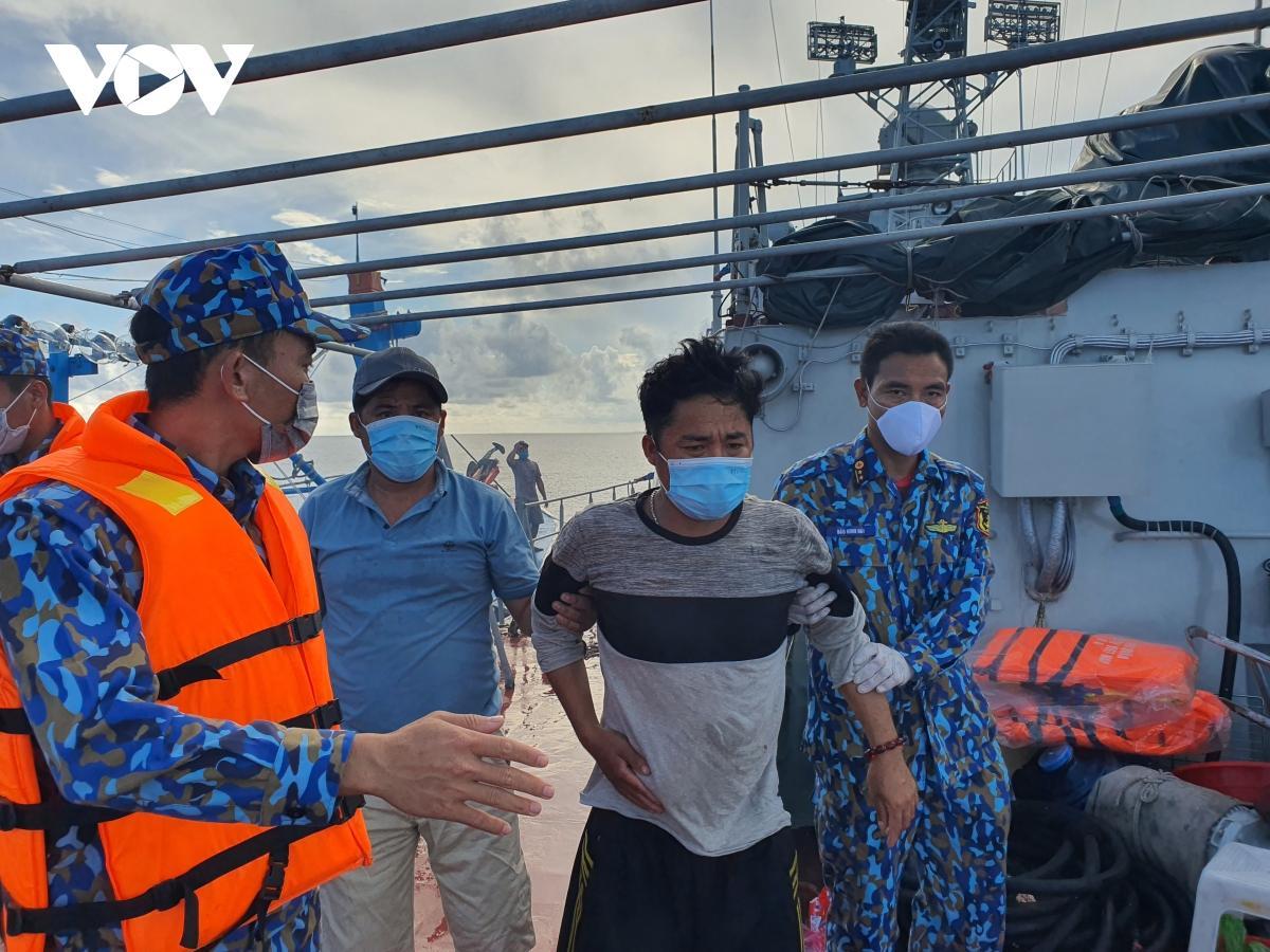 Vùng 5 Hải quân kịp thời điều tàu cấp cứu ngư dân nguy kịch trên biển Ảnh 2