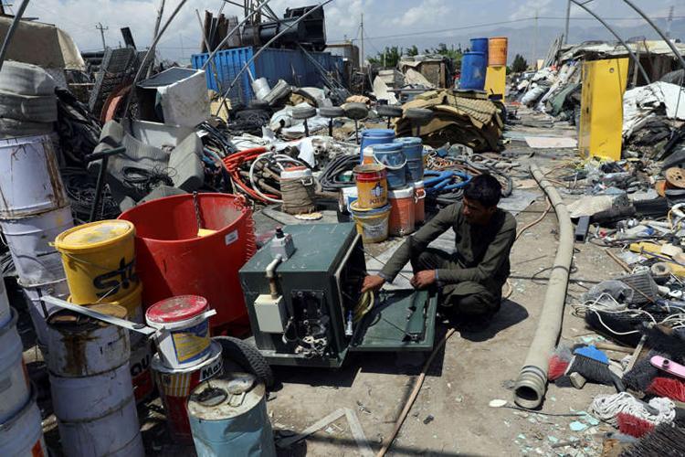Hàng núi thiết bị quân sự Mỹ chất đống tại các bãi phế liệu ở Afghanistan Ảnh 1
