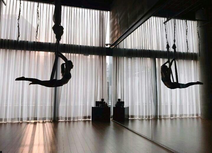 Ngắm trọn bộ ảnh Jisoo tập yoga bay: Vóc dáng đỉnh cao khiến anti-fan phải 'tắt đài' Ảnh 6