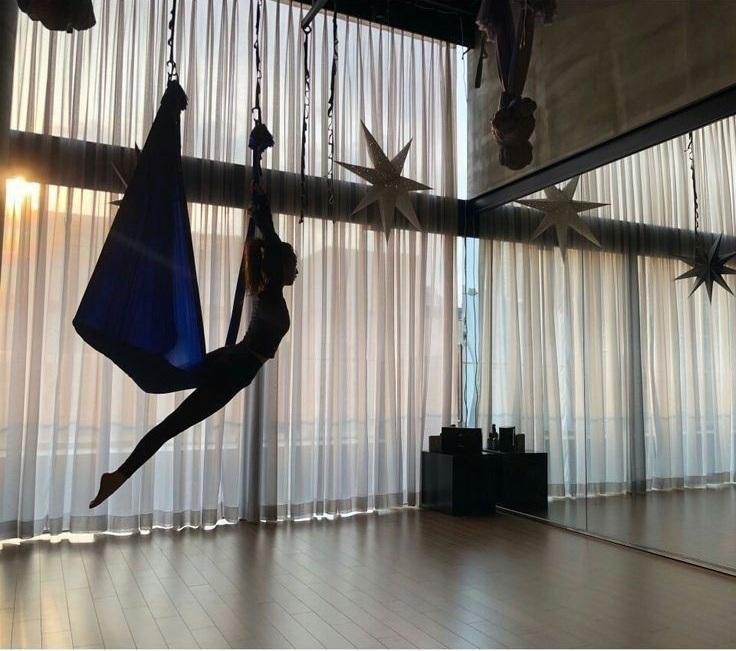 Ngắm trọn bộ ảnh Jisoo tập yoga bay: Vóc dáng đỉnh cao khiến anti-fan phải 'tắt đài' Ảnh 4