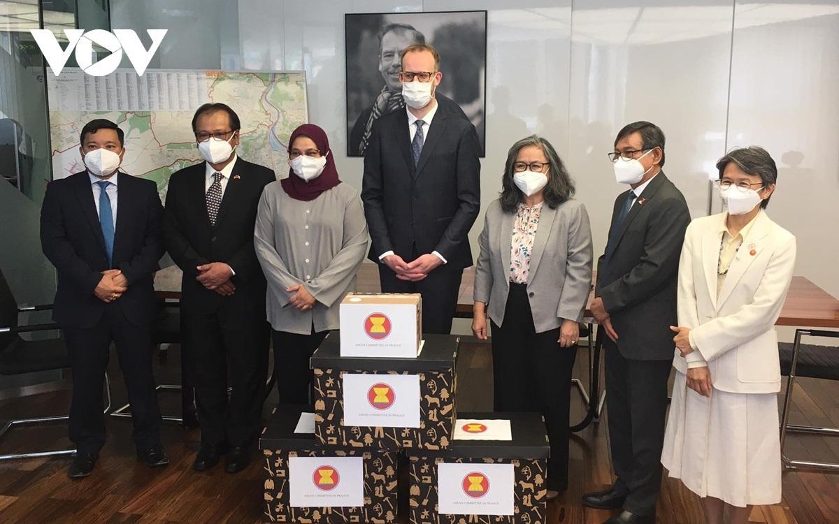 ASEAN chung tay cùng CH Séc hỗ trợ người dân vượt qua đại dịch Covid-19 Ảnh 1