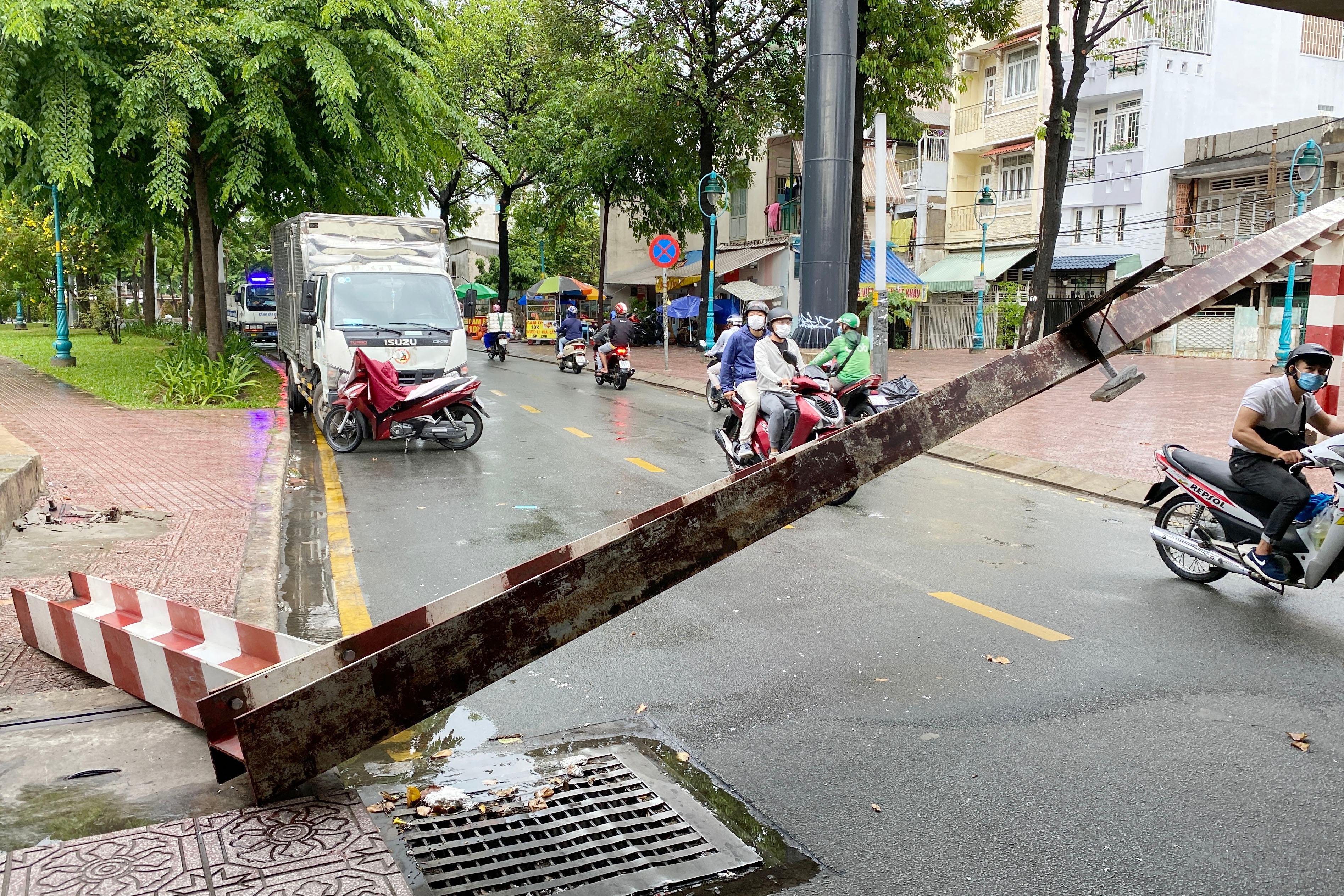 Xe tải tông sập thanh giới hạn chiều cao gầm cầu ở TP.HCM Ảnh 1