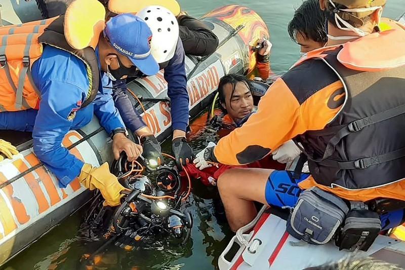 Indonesia: Thuyền lật vì khách chụp ảnh tự sướng, 7 người chết Ảnh 1