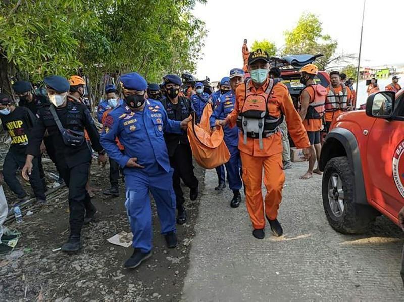 Indonesia: Thuyền lật vì khách chụp ảnh tự sướng, 7 người chết Ảnh 2