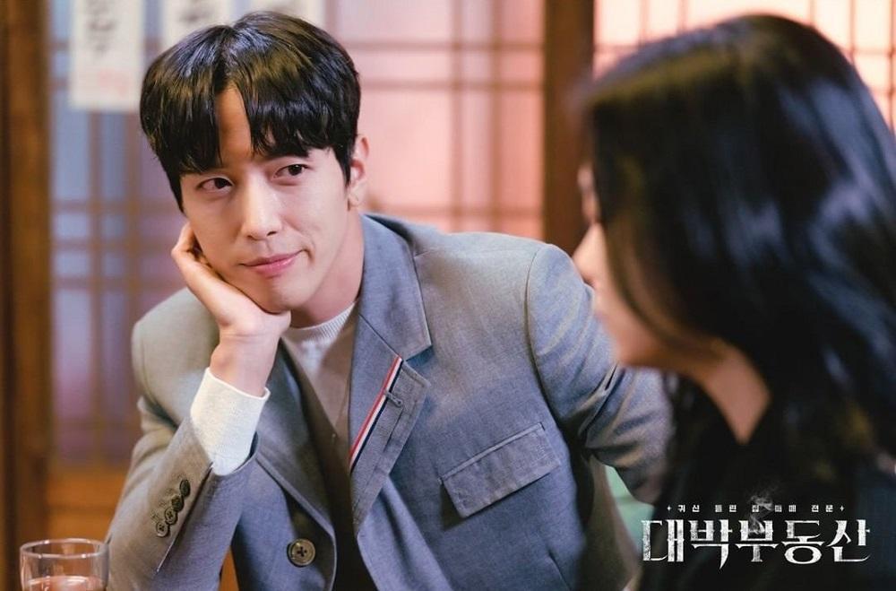 Cười mệt với 'Bất Động Sản Trừ Tà': Thì ra Jung Yong Hwa hay bị ma nhập là do… ế quá lâu! Ảnh 1