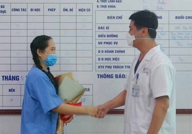 Nữ điều dưỡng bị sốc phản vệ sau tiêm vaccine Covid-19 xuất viện Ảnh 1