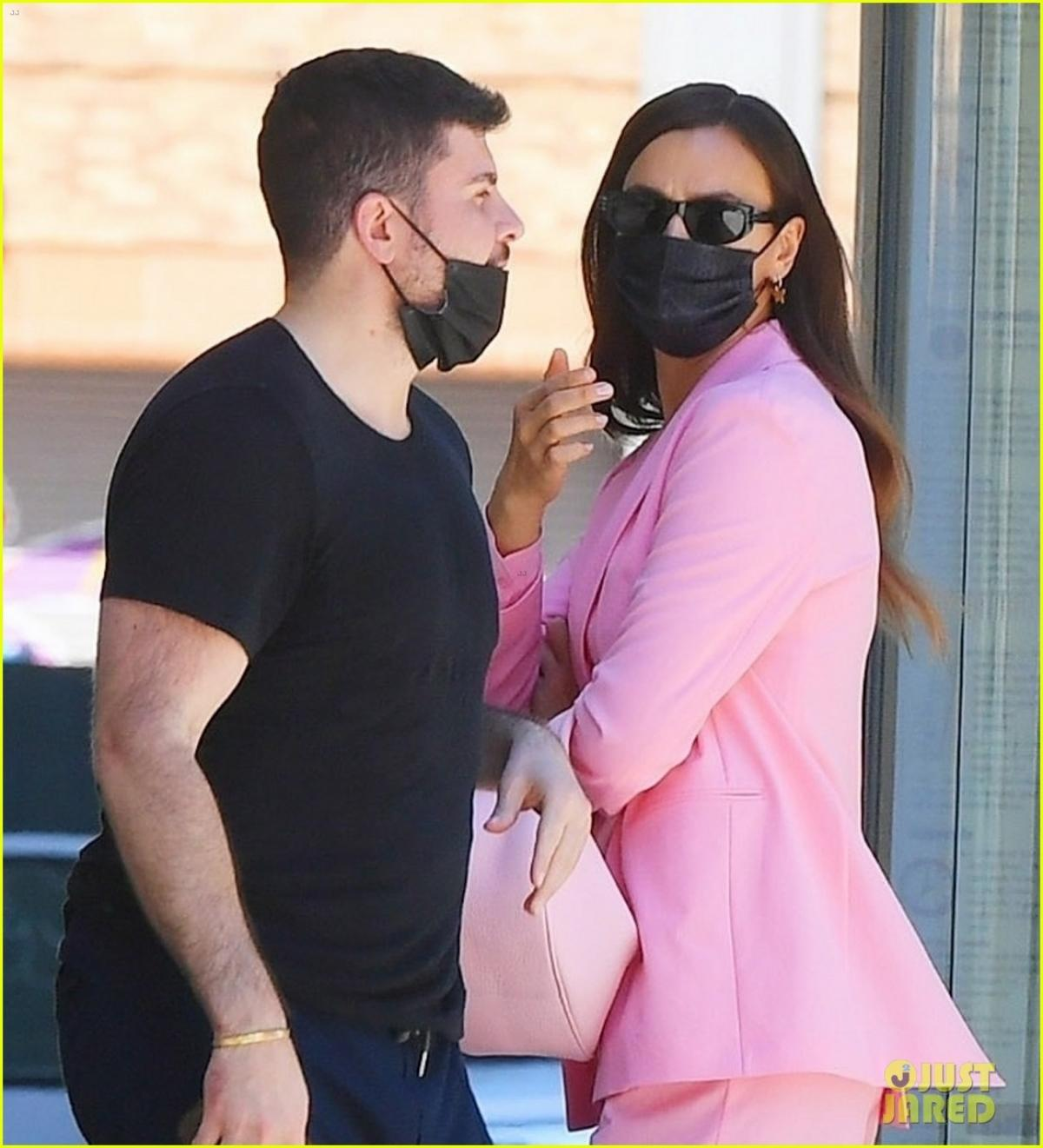 'Mẹ đơn thân' Irina Shayk diện suit hồng nổi bật đi chơi cùng bạn thân Ảnh 3
