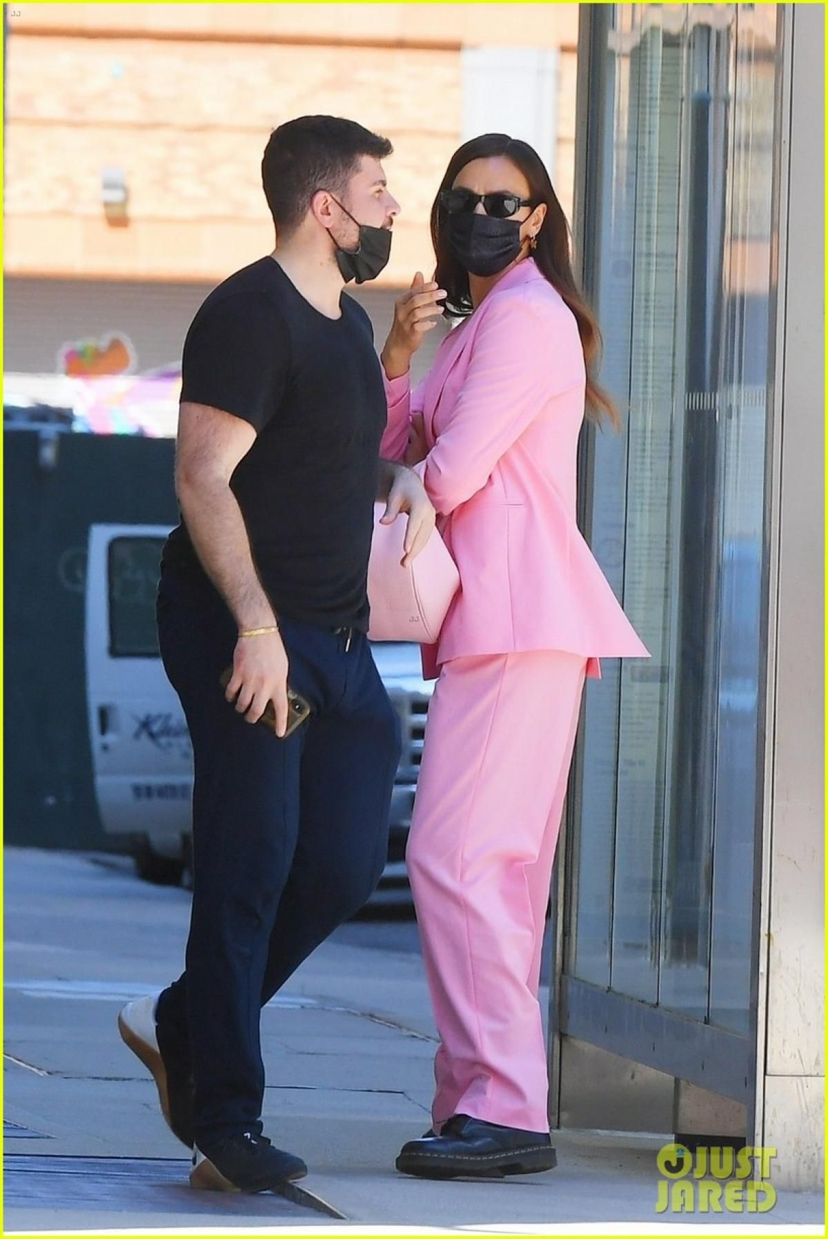 'Mẹ đơn thân' Irina Shayk diện suit hồng nổi bật đi chơi cùng bạn thân Ảnh 1