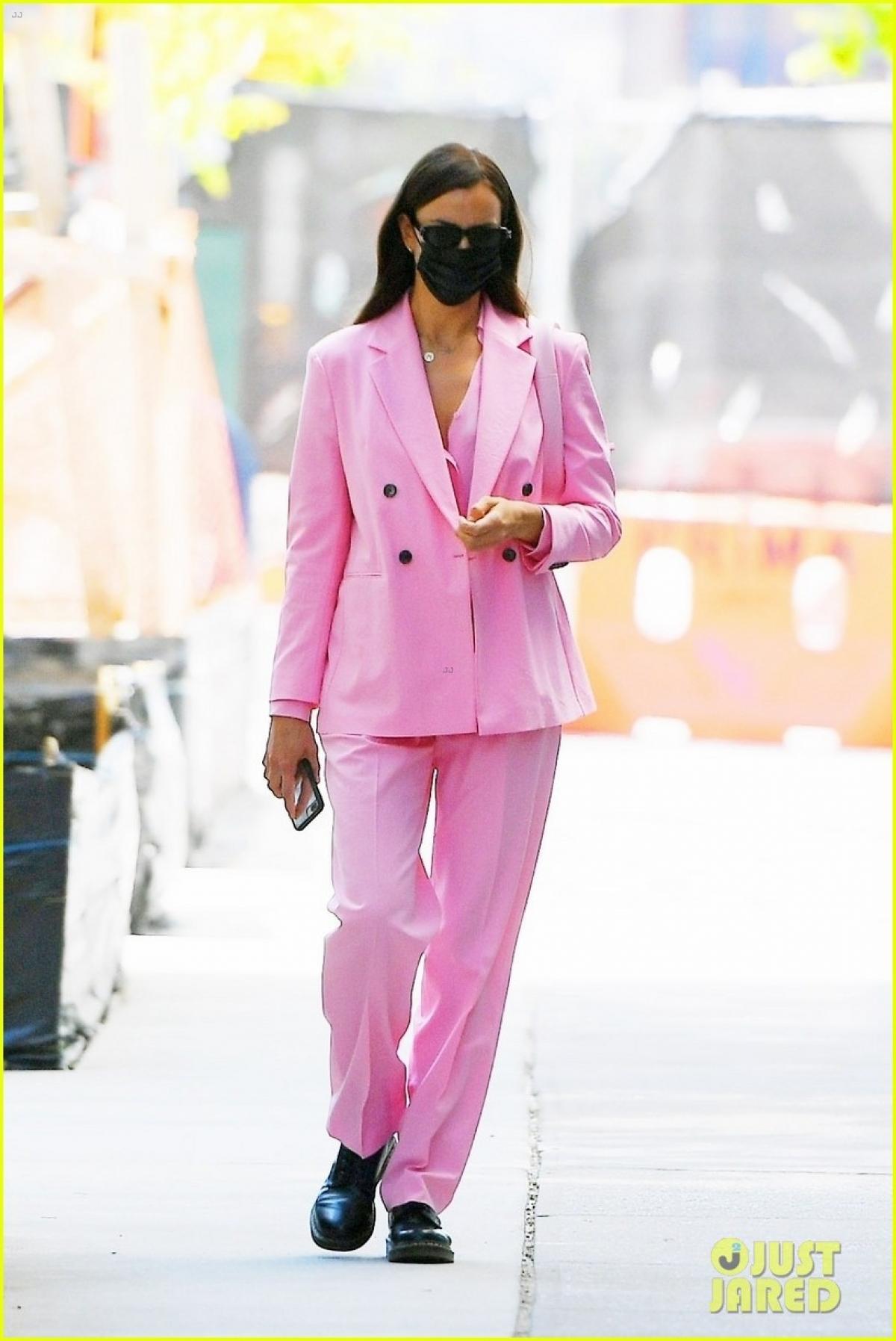 'Mẹ đơn thân' Irina Shayk diện suit hồng nổi bật đi chơi cùng bạn thân Ảnh 5