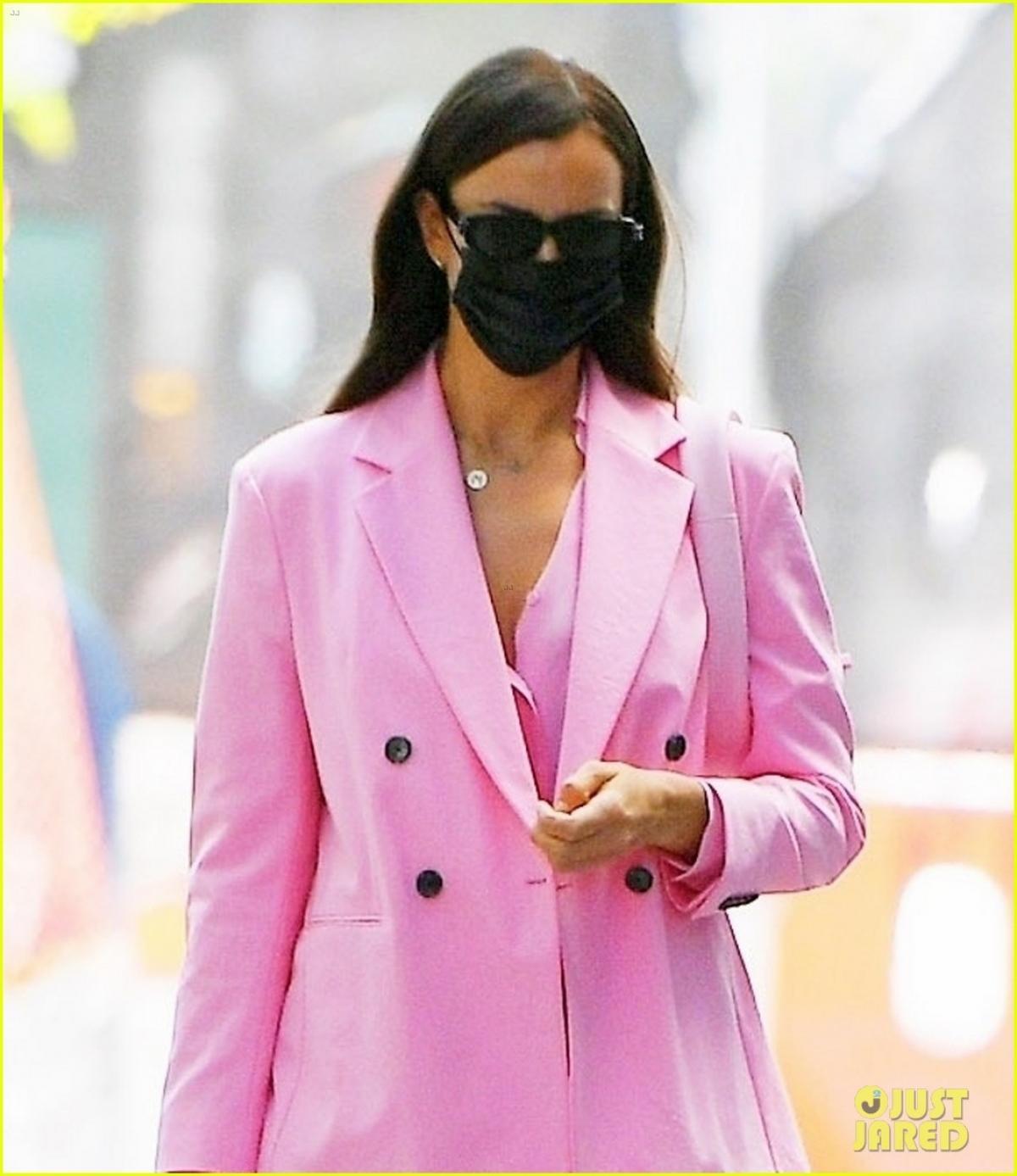 'Mẹ đơn thân' Irina Shayk diện suit hồng nổi bật đi chơi cùng bạn thân Ảnh 4