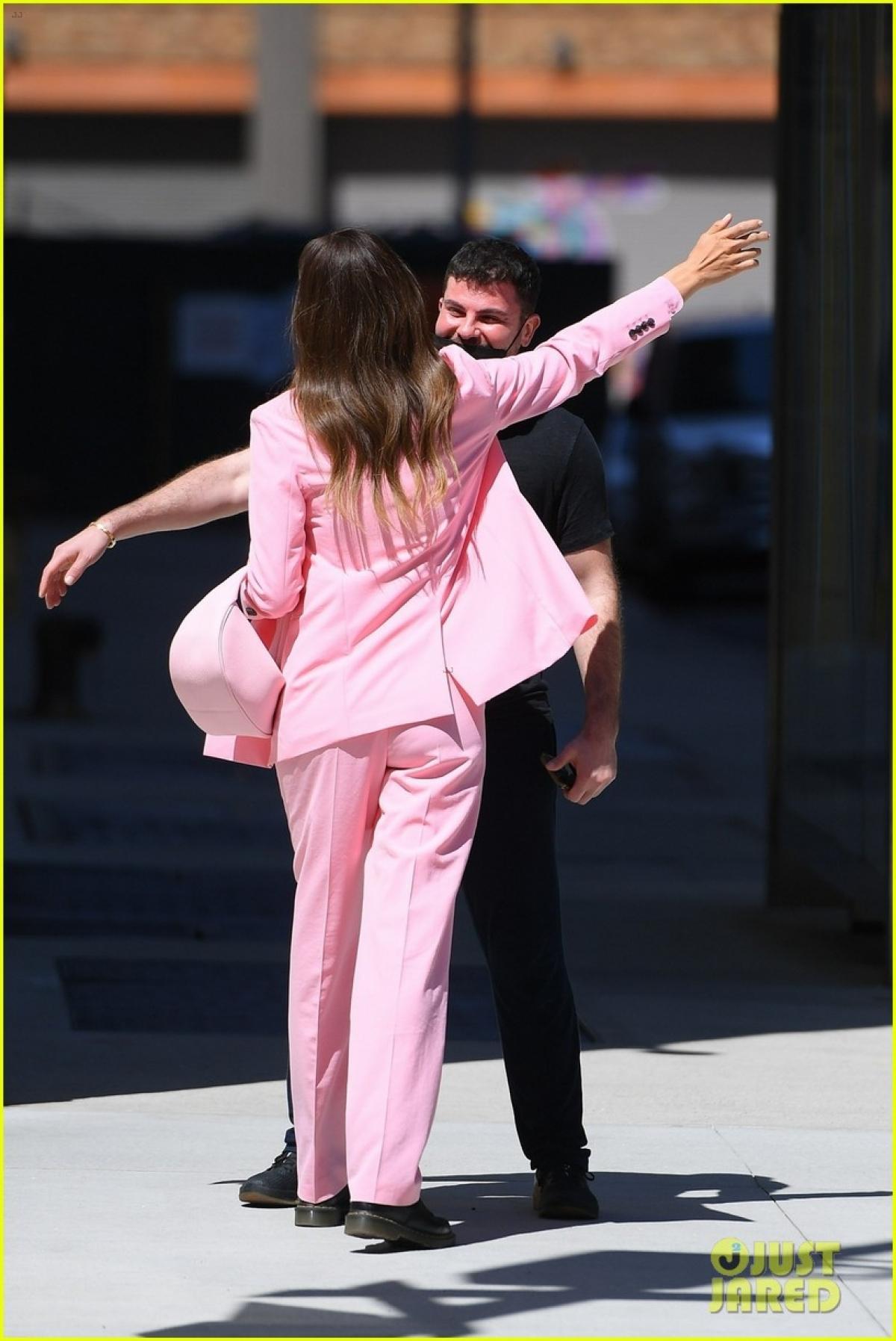 'Mẹ đơn thân' Irina Shayk diện suit hồng nổi bật đi chơi cùng bạn thân Ảnh 2