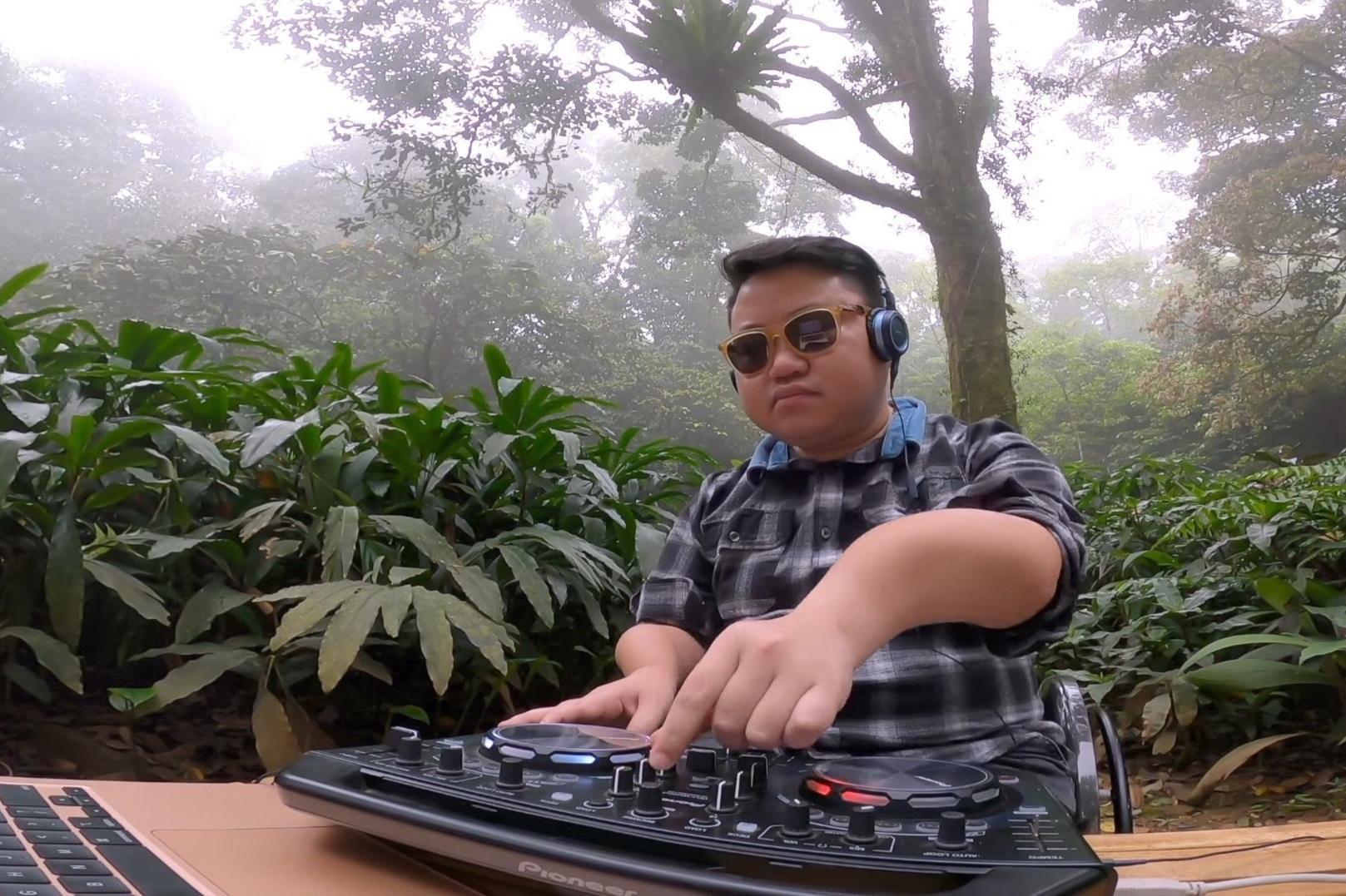Chàng trai xương dễ vỡ mơ 'quẩy' nhạc khắp Việt Nam Ảnh 2