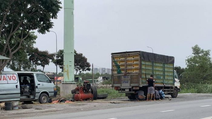 TP.HCM 'dẹp loạn' vá vỏ xe, buôn bán trên đường sau Báo Giao thông phản ánh Ảnh 1