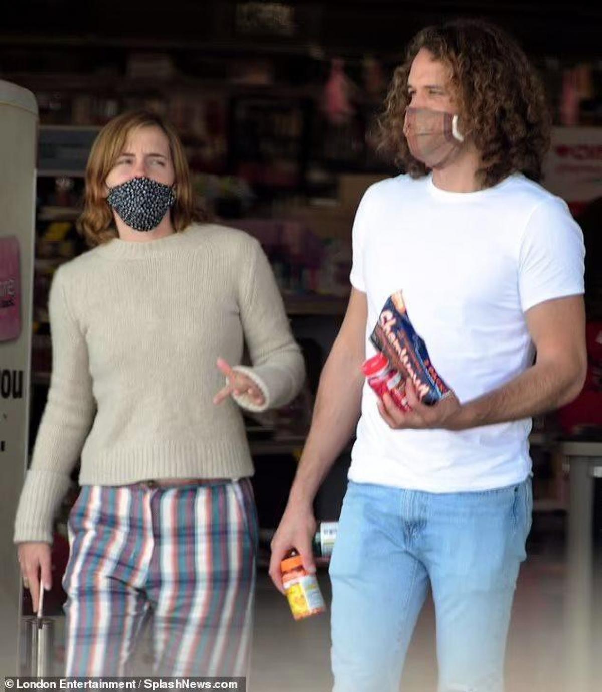 Emma Watson cắt tóc ngắn trẻ trung, vui vẻ đi mua sắm cùng bạn trai Ảnh 3